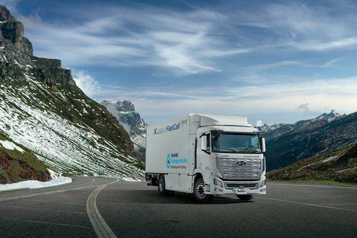 The Xcient is powered by a 190-kW hydrogen fuel cell system with dual 95-kW fuel cell stacks. Seven large hydrogen tanks offer a combined storage capacity of 32.09 kg of hydrogen. The driving range per charge is about 400km.
