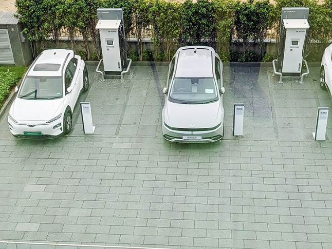 Parking lot future-ready with 14 EV charging points – 3 DC fast chargers and 11 high-voltage AC chargers – for Hyundai Motor India employees.