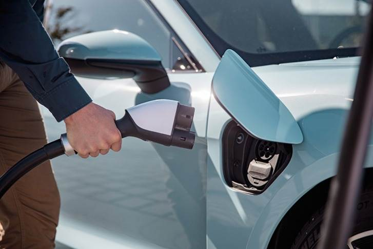Twelve rapid charging points with 350 kW (direct current) and four charging points with 22 kW (alternating current) are now in operation at the customer centre, running seven days a week, around the clock and for customers of all vehicle brands