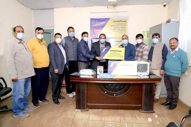 Yogesh Kumar Gupta, plant HR Head - Ballabhgarh, Goodyear India handing over critical equipment for the treatment of Covid-19 patients to Dr. Randeep Singh Poonia, chief surgeon, Civil Hospital Faridabad.