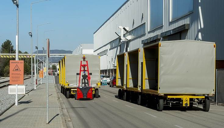Each outdoor AGV and their carriages make up a 25-metre convoy with a maximum transport capacity of 10 tonnes and cover routes of 3.5 kilometres.