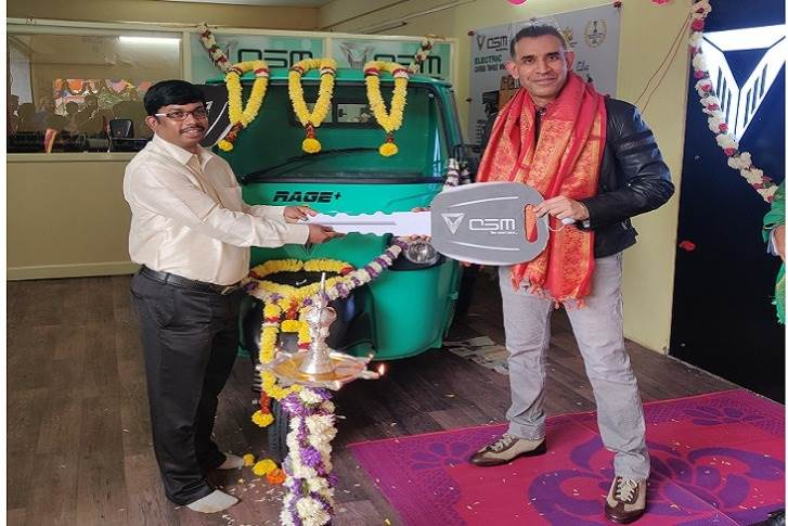 L-R: Ala Harikrishna, MD, Green Drive Auto Services with Uday Narang, chairman, Omega Seiki Mobility at the inauguration of the new dealership in Bangalore.