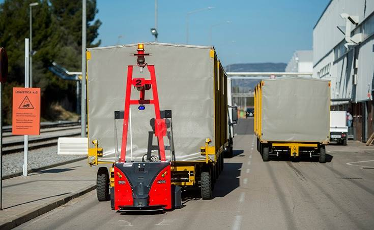 Eight robots are on the road at the SEAT Martorell factory. Each convoy can carry 10 tonnes and together they transport up to 2,000 parts per day. All without magnetic guidance or cables.