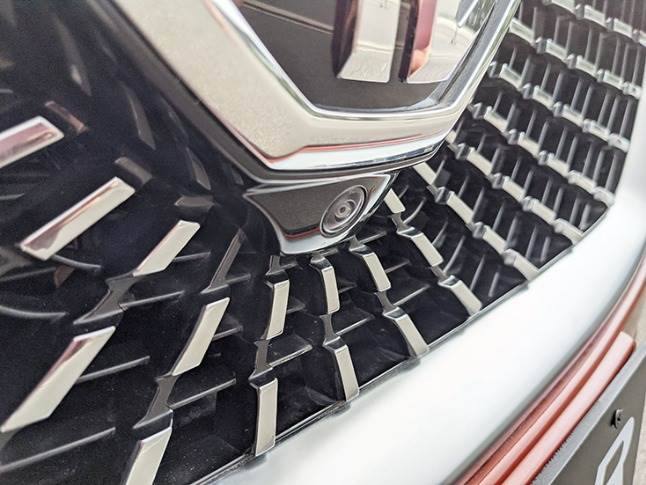 Front camera placed underneath the big MG badge on the grille monitors vehicle surroundings for ADAS and 360-degree camera feed.
