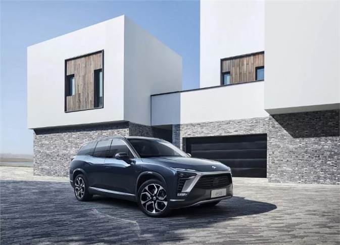 Flagship ES8 SUV, equipped with a 160kW permanent magnet motor and a 240kW induction motor with an intelligent electric all-wheel-drive system, develops 544hp and 725Nm. With the new 100kWh liquid-cooled thermostatic battery pack, it will have an NEDC range of up to 580km.