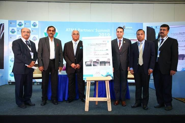 Anil Srivastava (Principal Consultant NITI Aayog), unveiling the tyre safety poster with K M Mammen (Chairman ATMA) and Anshuman Singhania (Vice-Chairman ATMA).