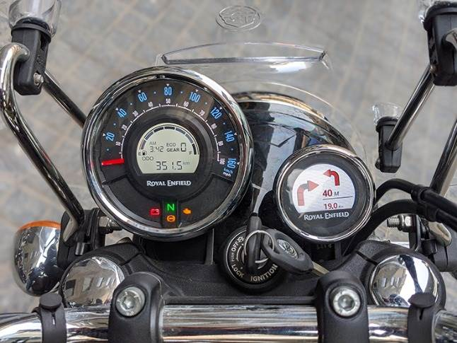 Twin-pod instrument cluster with analogue-digital speedometer and a fully-digital navigation tool - Tripper.