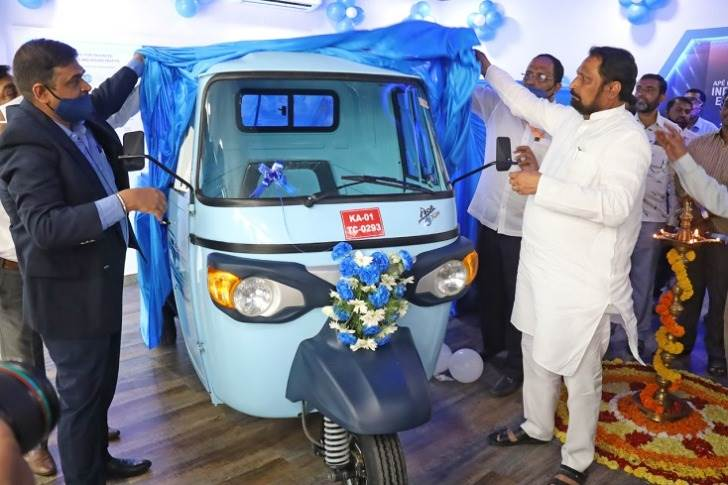 Laxman Savadi, Deputy Chief Minister of Karnataka & Transport Minister unveiling Piaggio FX range of electric vehicle at the new experience centre.