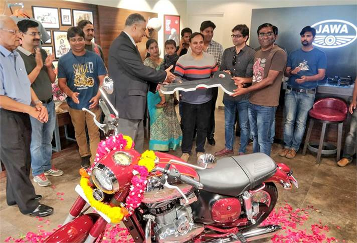 Col. LK Anand (Retd.) and Ashish Singh Joshi, CEO, Classic Legends, handing over the keys of a Jawa motorcycle to one of the first customers in Mumbai.