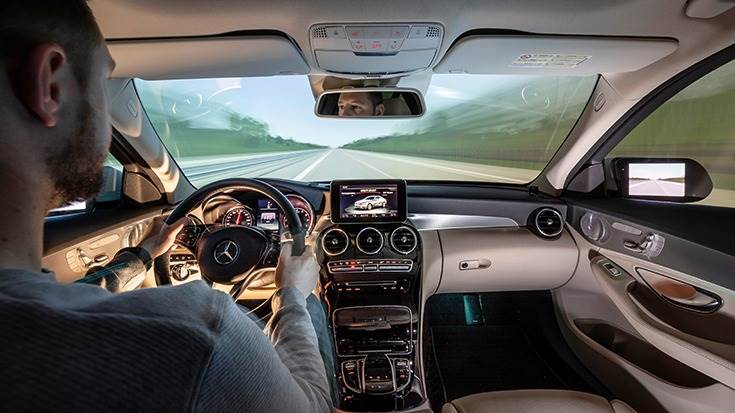 With single or multi-channel projection and sound systems conveying driving noises, the traffic scenario is so realistic that the driver is immersed in the VR world and behaves as if in the real world