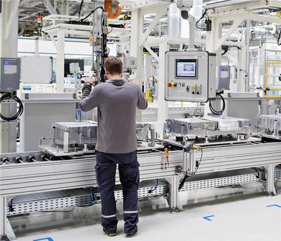 13 robots with load capacities ranging from 210 to 500 kg are used on the production lines. These transport particularly heavy or bulky components and screw on battery modules and covers.
