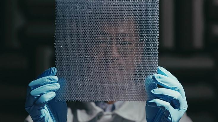 A combination of a lattice structure and plastic film controls air vibrations to limit the transmission of wide frequency band noise (500-1200 hertz), such as road and engine noise.
