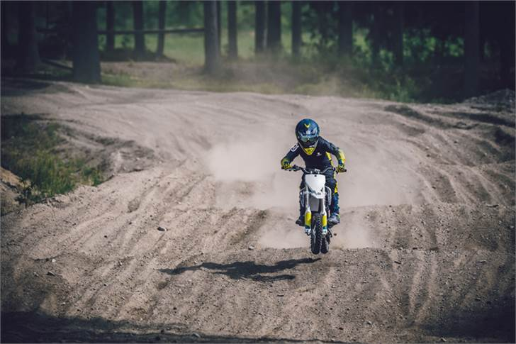 Husqvarna EE 5 has high-end chassis with race-proven technology, ergonomic bodywork and adjustable seat height.