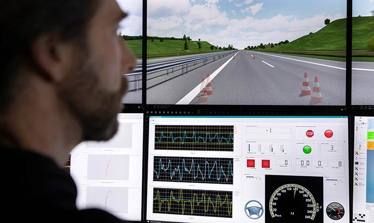 The vehicle controls are linked to the computerised controls of the driving simulator by data lines. In the driving simulation centre, driving tests are carried out in a virtual world