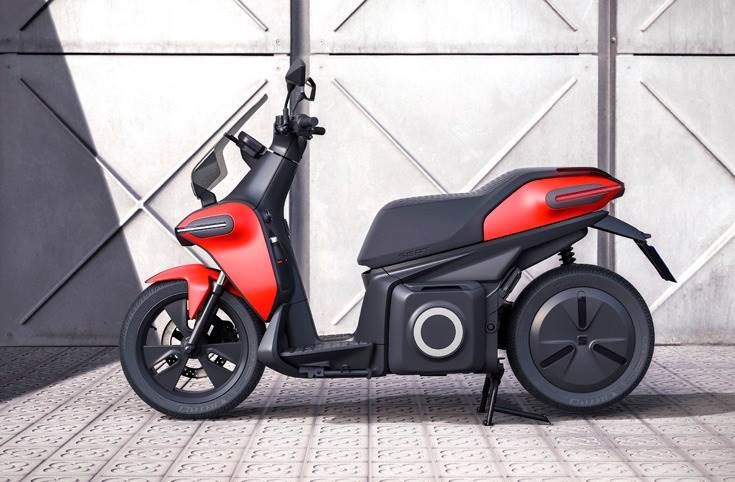 The e-Scooter concept is equipped with a 7 kW motor with a peak rate of 11 kW (14.8 hp), equivalent to 125cc, which delivers instant engine torque of 240 Nm.