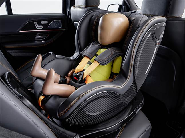 Before an impending crash, the seat belts of the child safety seat are preventively tensioned and side-mounted impact protection elements are extended if the triggering threshold of PRE-SAFE is reache