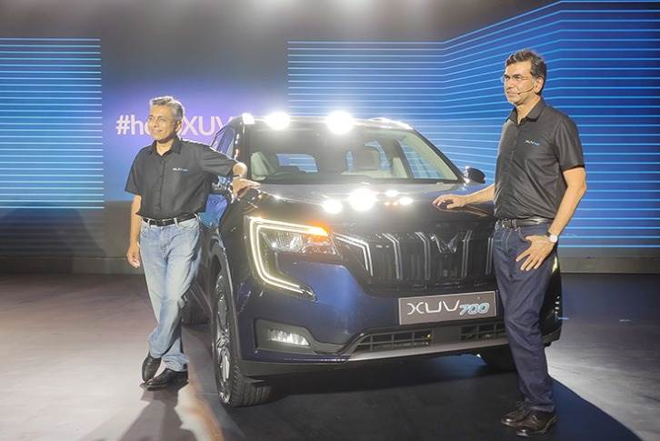 L-R: M&M's MD Dr Anish Shah and Rajesh Jejurikar, executive director, with the XUV700.