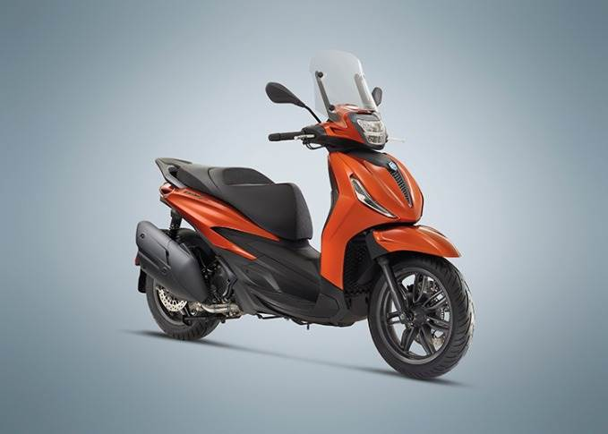 The Beverly's 400cc engine develop 26 kW (35.4 hp) at 7500rpm and a maximum torque of 37.7 Nm at 5500rpm.