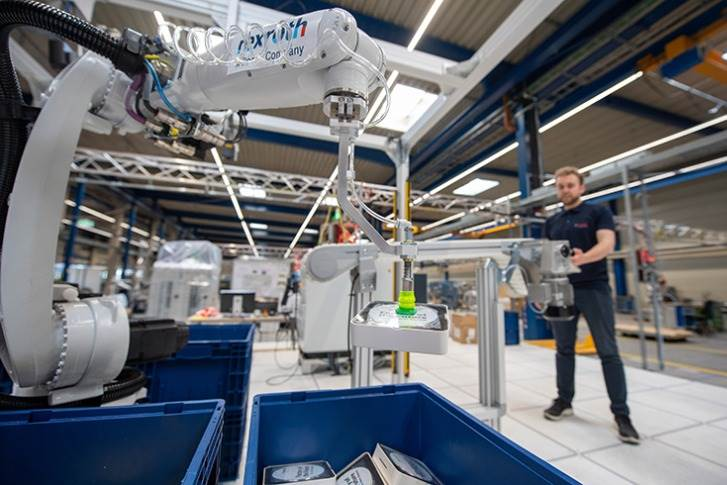 At the Hannover Messe, Bosch is presenting Smart Item Picking, a robotic system that picks various products. With the help of intelligent image recognition, the system picks different components without a 'learning phase' and sorts them out reliably.