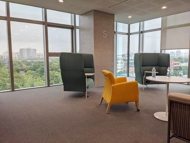 Open and closed lounge areas for meetings and inter-personal discussions for better ideation and creativity flow.