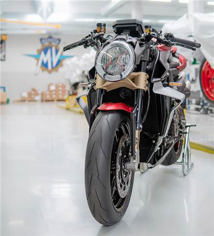 The Brutale 1000 Serie Oro is possibly the meanest and most aggressive looking naked bike ever.