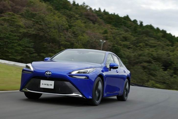 New platform allows for an extra (third) hydrogen fuel tank to be added, contributing to a 30 per cent increase in the car's driving range to around 400 miles / 640 kilometres.