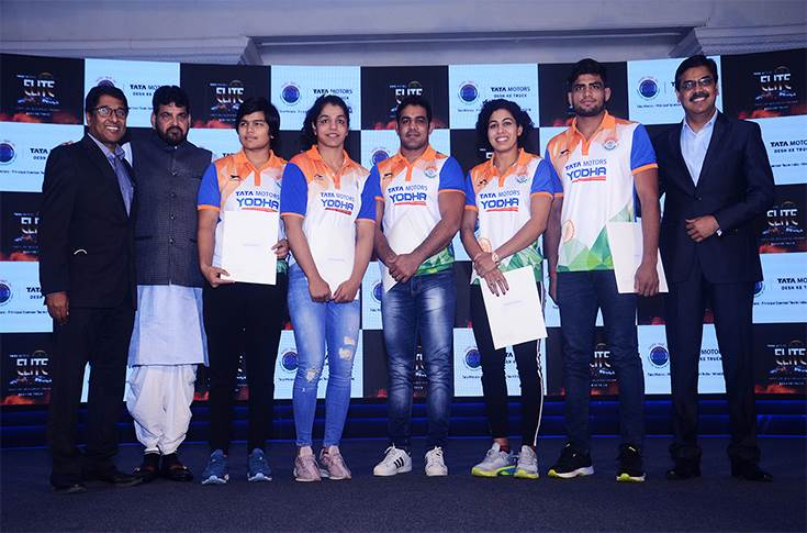 RT Wasan, Brijbhushan Sharan Singh and Girish Wagh handing over the contracts to the Indian wrestlers at the announcement of Tata Motors Elite Wrestlers Development Program