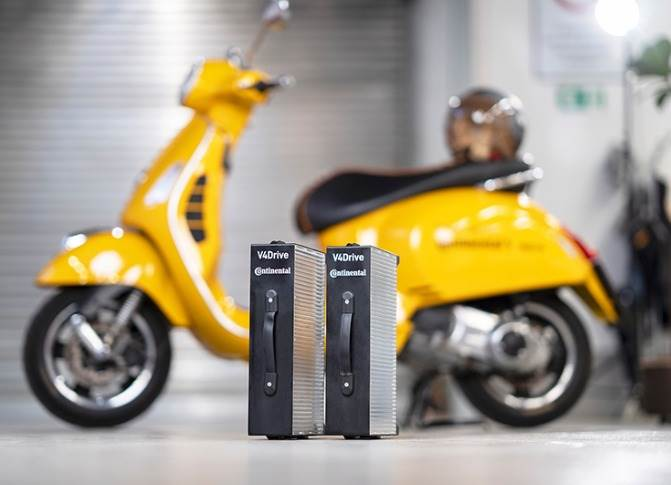 The lightweight and compact 48-volt battery pack delivers 10 kW and a 50km range; it can be removed and quickly charged externally.