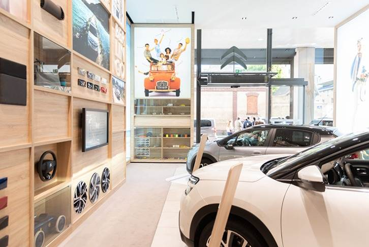 La Maison Citroen is attuned to new consumer behaviour to closely respond to customer needs. In addition to the cars, the range is presented on the walls, adorned with steering wheels and upholstery samples.