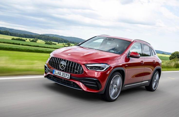AMG GLA 35 4Matic, which is powered by a 2.0-litre, 4-cylinder turbo-petrol motor, develops 306bhp and 400Nm. A 7-speed DCT transmission transfers all that power to the four wheels.
