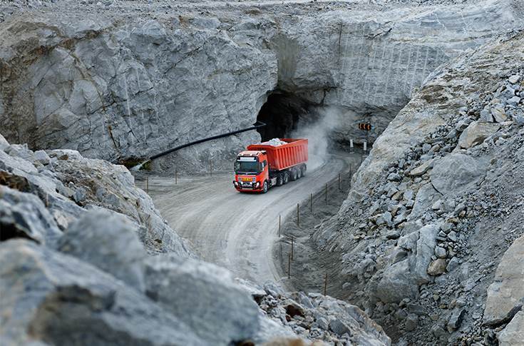 Volvo Trucks supplies the vehicles and takes responsibility for the transportation of limestone. For Bronnoy Kalk, this means increased flexibility and efficiency.