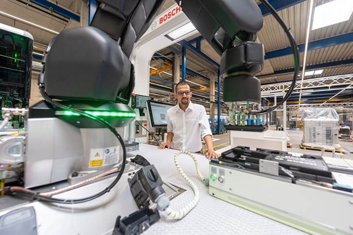 Bosch's special-purpose machinery has developed a modular manufacturing system. The system is based on a platform with standardized hardware and software interfaces. All other process modules, for example for joining or testing processes, are flexibly integrated as required.