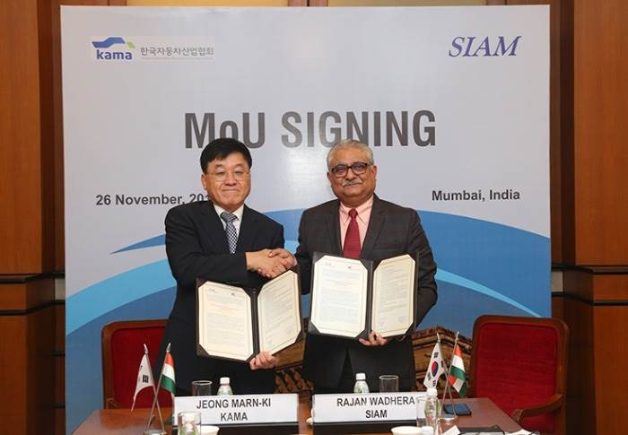 Rajan Wadhera, President, SIAM and Jeong Marn-Ki, President & CEO, KAMA sign MoU on cooperative dialogue between the two organisations.