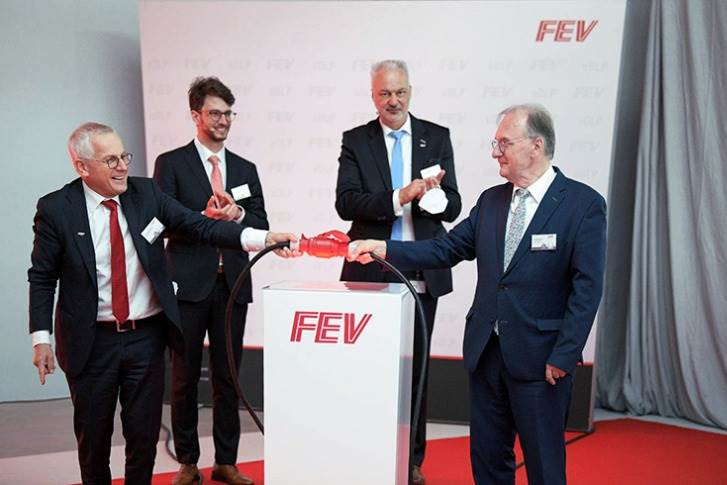 Stefan Pischinger (left), President and CEO FEV Group, and Dr. Reiner Haseloff (right), Prime Minister of Saxony-Anhalt, with eDLP Managing Directors Dr. Christoph Szasz (2nd from left) and Hans-Dieter Sonntag performed the grand opening of the world