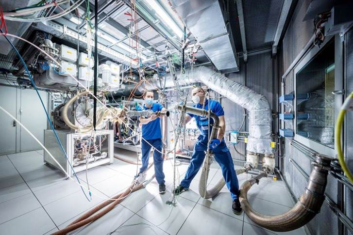 Many MAHLE core competences like thermal management are highly relevant for fuel cell applications. In this picture, MAHLE employees are testing cooling systems for fuel cell applications.