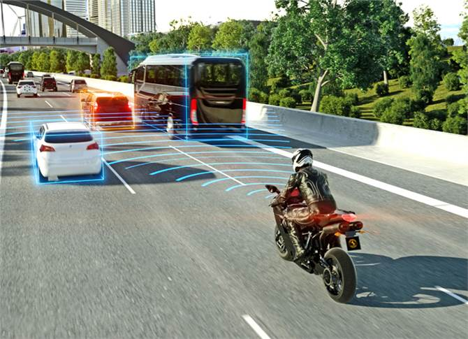 Adaptive Cruise Control adapts the motorcycle´s speed automatically and ensures always safe distance to the vehicle in front.