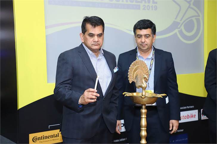 Amitabh Kant, CEO, NITI Aayog and Hormazd Sorabjee, editor, Autocar India, inaugurate the Autocar Professional Two-Wheeler Industry Conclave.
