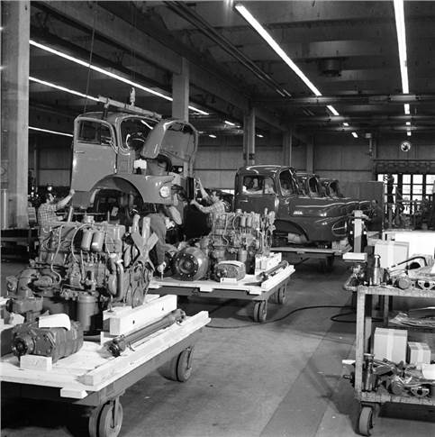 CKD despatch at the Wörth plant, 1972. CKD vehicles are being combined into big shipping units, for instance axles, transmissions and cabs as shown.