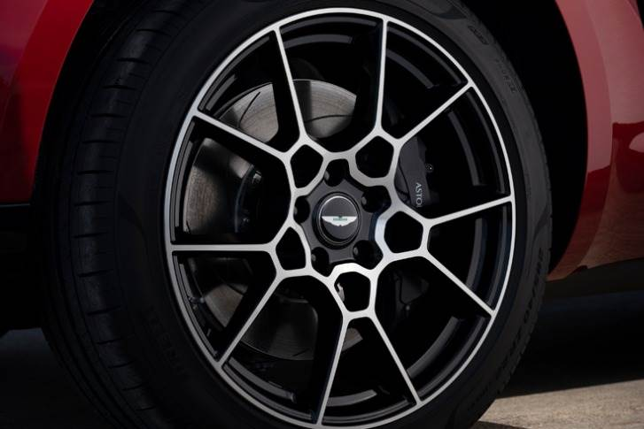 The car rides on 22in Pirelli-shod wheels available in two different styles and the brakes are steel discs, 410mm diameter with six-piston discs in front and 390mm diameter at the rear.