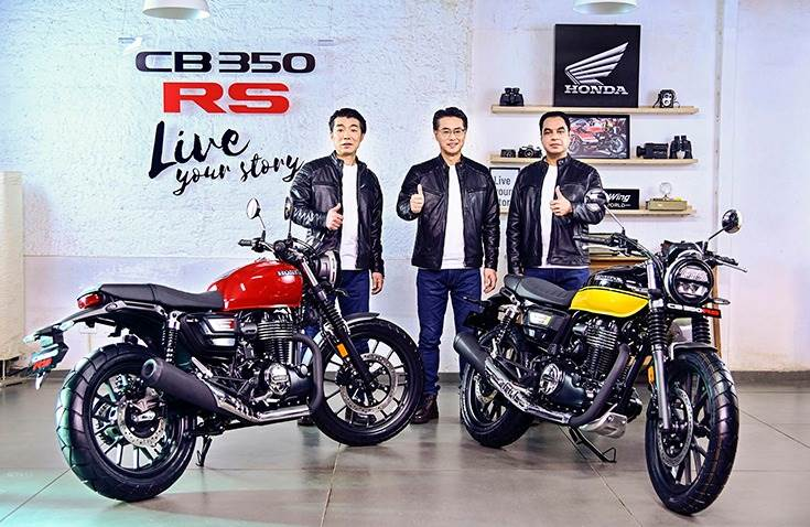 L-R: Yuichiro Ishii, Director, Sales & Marketing, HMSI; Atsushi Ogata, Managing Director, President & CEO, HMSI and Yadvinder Singh Guleria, Director – Sales & Marketing, HMSI with the new CB350RS.