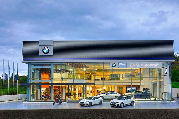 The 14,000 square foot showroom displays five cars, along with a three-car display for BMW Premium Selection, an Experience Zone featuring VR and an interactive Virtual Product Presentation.