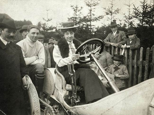 Mercedes Jellinek (1889 to 1929), on a Mercedes Grand-Prix racing car from 1906.
