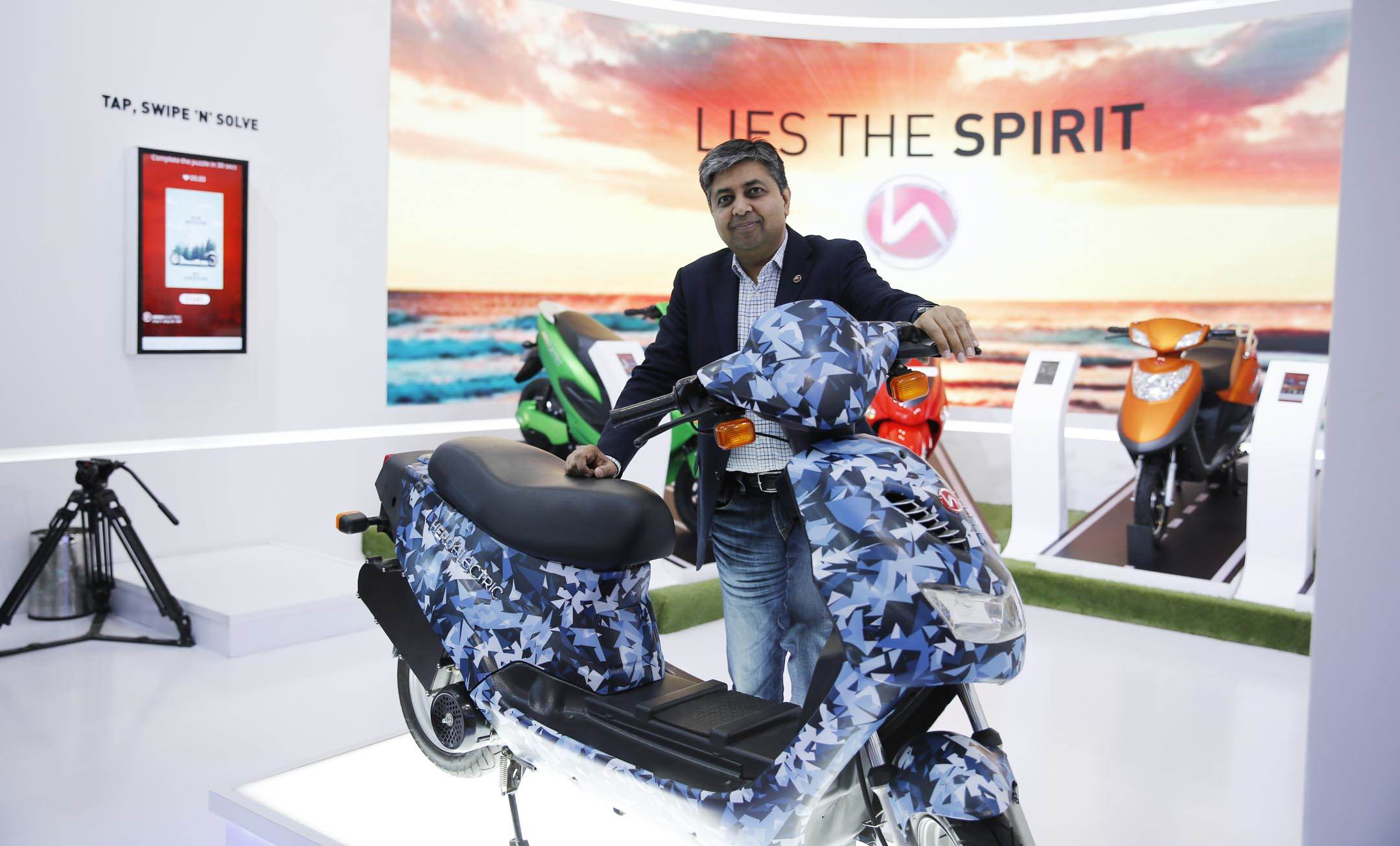 web-naveen-munjal-md-hero-electric-with-axlhe-20-e-bike-at-auto-expo-2