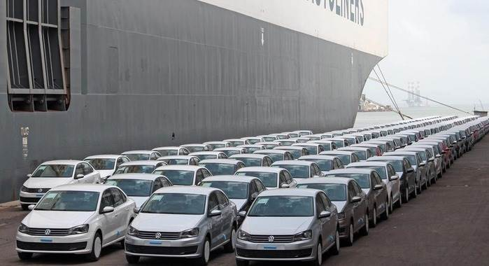 web-volkswagen-cars-lined-up-for-shipping-from-mumbai-port0942-699x380