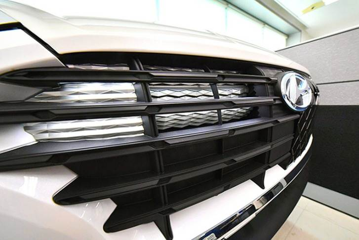 The moving grille's built-in active air flap detects changes in the temperature of the coolant and blocks the inflow of outside air by lowering the flap if cooling is not necessary.
