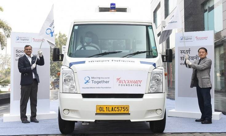 L-R: Tarun Garg, director – sales, marketing & service, Hyundai Motor India and S S Kim, MD and CEO, Hyundai Motor India flagging-off the mobile medical unit - 'Mobile Chikitsa' for Rajasthan under Hyundai Motor India Foundation public health program, 'Sparsh Sanjeevani, to support rural healthcare services.
