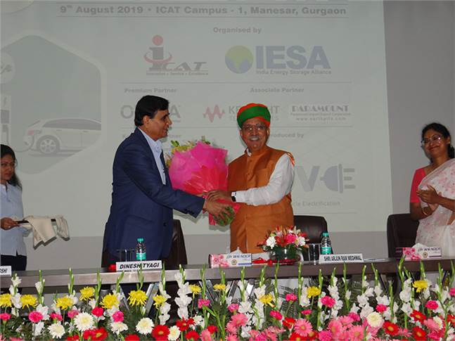 Dinesh Tyagi, director, ICAT, felicitating Arjun Ram Meghwal, Minister of State for Parliamentary Affairs & Ministry of Heavy Industries, at the EV Conclave.