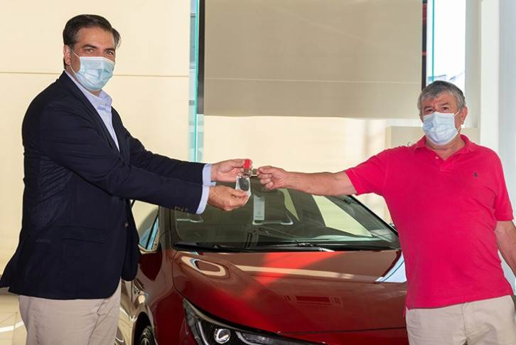 President and CEO of Toyota Spain, Miguel Carsi (left) handed over the new Corolla hybrid GR Sport to Nicolas Jimenez at the Toyota Retailer Comauto Sur in Madrid.
