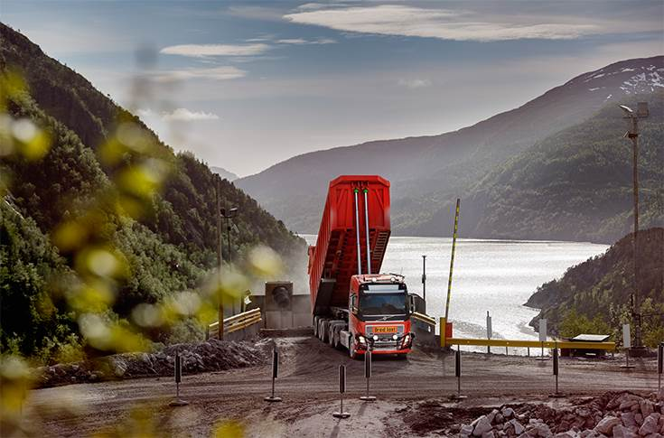 Six autonomous Volvo FH trucks will transport limestone over a five-kilometre stretch through tunnels between the Bronnoy Kalk mine and the crusher.