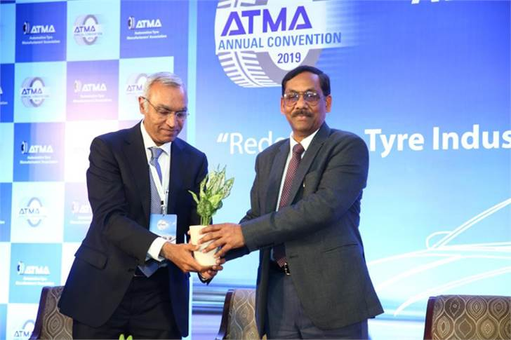 Apollo Tyres' Satish Sharma felicitating Anil Srivastava, Adviser (Infrastructure Connectivity) & DG-DMEO, NITI Aayog.